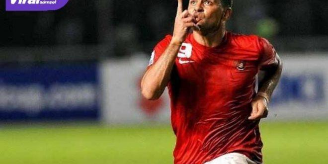 Cristian El Loco Gonzales selebrasi saat cetak gol untuk Tim Nasional Indonesia. FOTO : NET