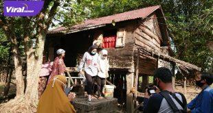 Amaliah Sobli SKg, MBA, Anggota DPD RI kunjungi rumah warga calon penerima prgram bedah rumah di Ogan Ilir. FOTO : VIRALSUMSEL.COM