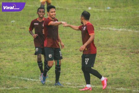 Bomber Muba Babel United Airlangga Sucipto selebrasi bersama rekan-rekannya usai cetak gol. FOTO : MO MBU