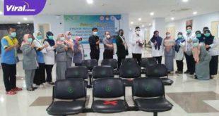 H Heri Amalindo calon Bupati Kabupaten PALI dapat surprise dsri awak media dan tenaga medis RSMH Palembang. FOTO :VIRALSUMSEL.COM