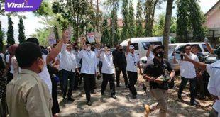 Pasangan calon Bupati dan Wakil Bupati Kabupaten Ogan Ilir, Panca Wijaya Akbar dengan H Ardani usai pengambilan nomor urut di KPU Ogan Ilir. FOTO :VIRALSUMSEL.COM
