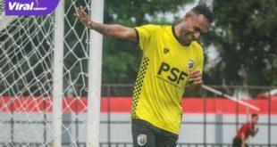 Titus Bonai penyerang Muba Babel United selebrasi usai cetak gol dalam laga uji coba. FOTO : MO MBU