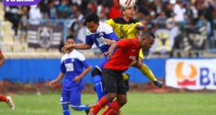 Striker Sriwijaya FC, Mario Aeibekop duel bola atas dengan pemain belakang dan penjaga gawang Persegrata. FOTO : MO SFC