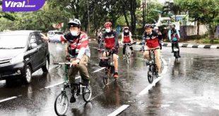 Penasehat Komunitas Brompton Owner Sriwijaya Ir.H Basyaruddin Akhmad,M.Sc gowes di jalur sepeda baru KI. FOTO : VIRALSUMSEL.COM