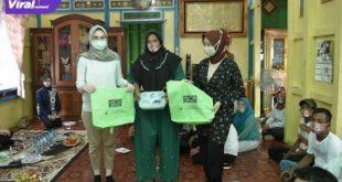 Amaliah Sobli S.KG MBA Anggota DPD RI Dapil Sumsel berikan bantuan kotak makan dan kantong belanja pada Emak-emak di Pemulutan Ogan Ilir. FOTO :VIRALSUMSEL.COM