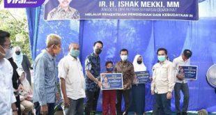 H Ishak Mekki Anggota DPR RI menyalurkan bantuan bea siswa pada pelajar SD, SMP dan SMA di Kayuagung, OKI. FOTO :VIRALSUMSEL.COM