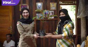 Amaliah Sobli S,KG, MBA Anggota DPD RI Dapil Sumsel berikan bibit buah-buahan pada warga Tanah Abang Ulu. FOTO : VIRALSUMSEL.COM
