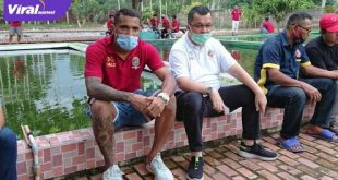 Penyerang Sriwijaya FC Alberto Goncalves bersama Manajer Tim Sriwijaya FC Hendri Zainuddin. FOTO :VIRALSUMSEL.COM