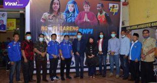 Fauzi Toldo pose bersama pengurus KNPI Betung. FOTO ; VIRALSUMSEL.COM