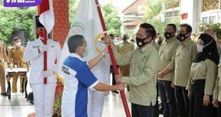 Ratu Dewa Presiden PS Palembang terima bendera pataka. FOTO : VIRALSUMSEL.COM