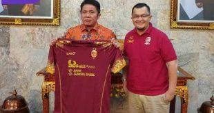 Manajer Tim Sriwijaya FC Hendri Zainuddin bersama Gubernur Sumsel H Herman Deru. FOTO :VIRALSUMSEL.COM