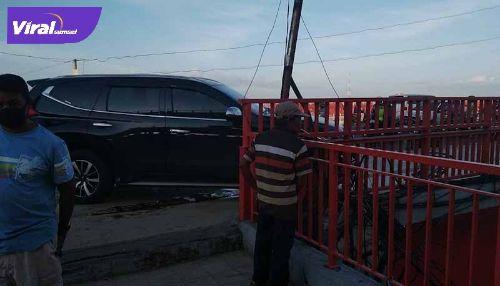 Pajero Sport alami kecelakaan lalu lintas di Jembatan Ampera. FOTO : VIRALSUMSEL.COM