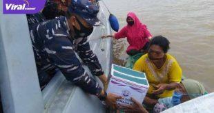 Komandan Lanal Palembang Kolonel Laut (P) Filda Malari memberikan bantuan pada warga di Pesisir Sungai Musi. FOTO : VIRALSUMSEL.COM