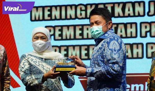 Gubernur Sumsel H Herman Deru bersama Gubernur Jawa Timur Khofifah Indar Parawansa. FOTO :VIRALSUMSEL.COM
