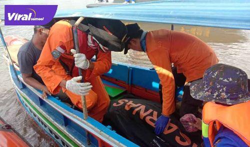 Tim Basarnas mengevakuasi korban kecelakaan speedboat. FOTO : BASARNAS