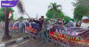 Sejumlah jalan menuju Mapolda Sumsel ditutup. Hal ini dilakukan untuk mengantisipasi aksi unjuk rasa . FOTO : VIRALSUMSEL.COM