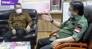Sekda Sumsel H Nasrun Umar bincang santai dengan Ketua Umum JMSI Sumsel Agus Harizal. FOTO : VIRALSUMSEL.COM