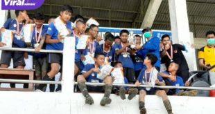 Selebrasi para pemain, pelatih dan ofisial Farmel Hatta usai juara Bank Sumsel Babel Junior League U-14. FOTO : VIRALSUMSEL.COM