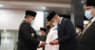 Bupati Musi Banyuasin Dr Dodi Reza Alex Noerdin Lic Econ MBA serahkan surat pelantikan pada Muhammad Fariz SSTP MM Kepala Dinas Pemuda Olahraga dan Pariwisata. FOTO : VIRALSUMSEL.COM