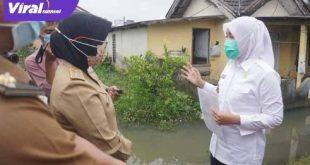 Wakil Walikota Palembang Fitrianti Agustinda bincang dengan warga perumahan Bumi Sako Damai (BSD) Kelurahan Sako Baru , Kecamatan Sako. FOTO :VIRALSUMSEL.COM