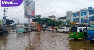 Banjir di jalan KM 12 mengarah ke Simpang Kades, Palembang. FOTO : VIRALSUMSEL.COM