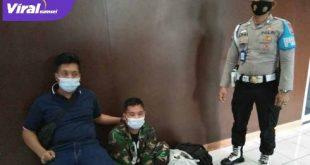 Ari Septian Wijaya TNI Gadungan diamankan anggota gabungan Babinsa 06 Koramil Pakjo, Kamis siang (28/1/2021). FOTO : VIRALSUMSEL.COM