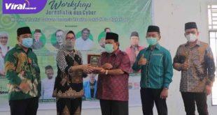 Ketua PWNU Sumsel, KH Amiruddin Nahrawi M.Pd. berikan cendera mata pada Ketua DPRD Sumsel Hj Anita Noeringhati SH MH. FOTO :VIRALSUMSEL.COM