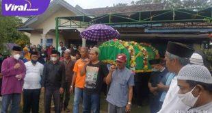 Proses pemakaman Muhammad Wiyoto mapala Universitas PGRI Palembang di Desa Berlian Makmur Kecamatan Sungai Lilin Muba. FOTO :VIRALSUMSEL.COM