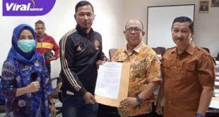Fauzi Toldo mantan penjaga gawang Sriwijaya FC terima SK pelatih SONS. FOTO :VIRALSUMSEL.COM