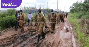 Wakil Walikota Palembang Fitrianti Agustinda tinjau jalan rusak di perumahan Griya Insan Mulya. FOTO : VIRALSUMSEL.COM
