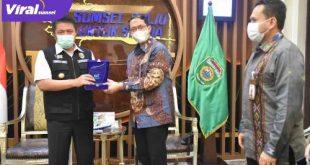 Gubernur Sumsel H Herman Deru menerima audinesi Pimpinan PT Bank Syariah Indonesia (BSI) Tbk Regional Office III Palembang. FOTO : VIRALSUMSEL.COM