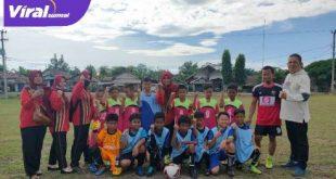 Para pemain SSB Putra Berlian Junior bersama SD Negeri Tungkal Makmur. FOTO : VIRALSUMSEL.COM