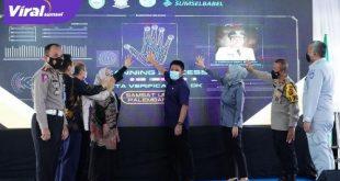 Herman Deru usai melaunching stiker hologram di Kantor bersama Samsat Wilayah Palembang I Kapten A. Rivai Palembang, Jumat (26/2/2021). FOTO : VIRALSUMSEL.COM