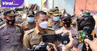 Rakhman Hidayat Pane Camat Seberang Ulu II beri keterangan pada awak media. FOTO : NOTO VIRALSUMSEL.COM