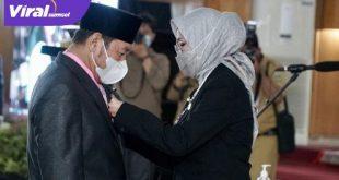 Ketua DPRD Provinsi Sumsel, Hj. R.A. Anita Noeringhati berikan ucapan selamat pada H. Solehan Ismail. FOTO : VIRALSUMSEL.COM