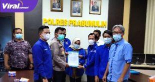 Ketua DPC Partai Demokrat Kota Prabumulih Marhaili Sutomo berikan maklumat partai pada Polres Prabumulih. FOTO : VIRALSUMSEL.COM