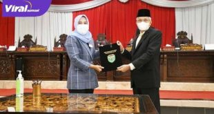 Wakil Ketua DPRD Sumsel Kartika Sandra Desi berikan hasil reses pada Wakil Gubenrur Sumsel H Mawardi Yahya. FOTO : VIRALSUMSEL.COM