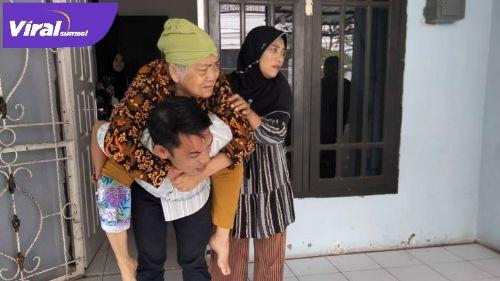Darul Qutni Anggota DPRD Kabupaten Banyuasin gendong sang ibu yang sedang sakit. FOTO : VIRALSUMSEL.COM