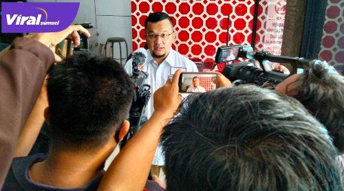 Hendri Zainuddin Presiden Sriwijaya FC beri keterangan pada awak media. FOTO : VIRALSUMSEL.COM