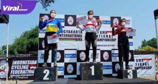 Atlet BMX Cross asal Sumatera Selatan, Jasmine Azzahrah di podium juara. FOTO : VIRALSUMSEL.COM