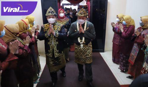 Bupati Banyuasin H Askolani Jasi dan Gubernur Sumsel H Herman Deru dalam HUT Banyuasin ke-19. FOTO : VIRALSUMSEL.COM