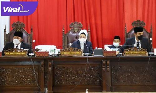 Pimpinan dalam Rapat Paripurna XXVIII DPRD Provinsi Sumsel di Ruang Rapat Paripurna DPRD Provinsi Sumsel, Senin (12/4/2021). FOTO : VIRALSUMSEL.COM