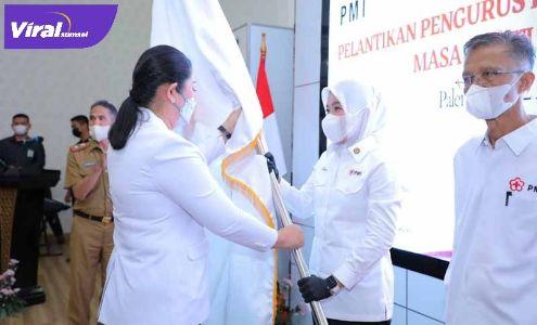 Ketua PMI Sumsel Febrita Lustia Herman Deru lantik Ketua PMI Palembang Fitrianti Agustinda di Rumah Dinas Walikota Palembang, Senin (12/4/2021). FOTO : VIRALSUMSEL.COM