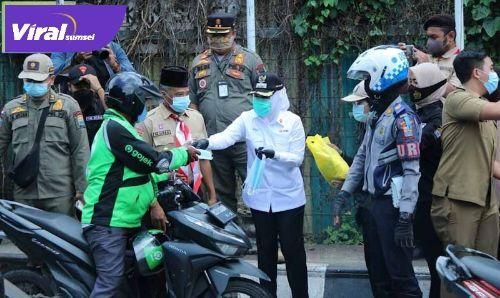 Fitrianti Agustinda Wakil Walikota Palembang sekaligus Ketua PMI Palembang berbagi sembako. FOTO : VIRALSUMSEL.COM