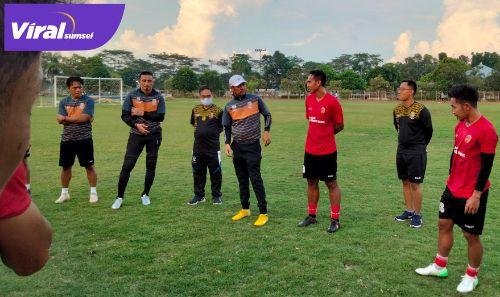 Nil Maizar pelatih Sriwijaya FC memperkenalkan Lucky Wahyu. FOTO : VIRALSUMSEL.COM
