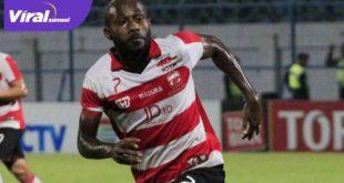 Engelberd Sani masih berbaju Madura United. FOTO : GOAL