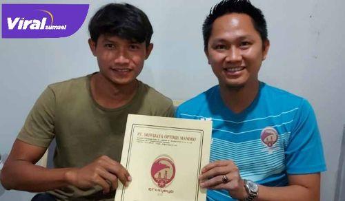 Manajer Sriwijaya FC M Fadli dengan defender Sriwijaya FC Obet Choiri. FOTO : VIRALSUMSEL.COM