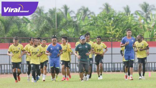Para pemain Muba Babel United latihan perdana di Stadion Serasan Sekate, Muba, Kamis (15/4/2021). FOTO : VIRALSUMSEL.COM