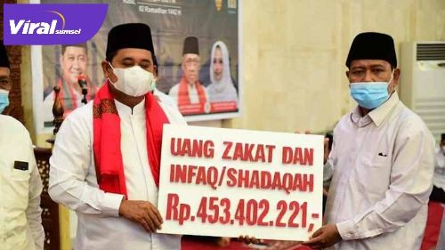 Bupati Banyuasin H Askolani Jasi berikan bantuan uang zakat dan Infaq Shadaqoh dari ASN Pemkab Banyuasin. FOTO : VIRALSUMSEL.COM