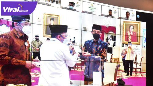 Gubernur Sumsel H.Herman Deru menghadiri peluncuran Gerakan Cinta Zakat dan Penyerahan Zakat Tahun 2021 oleh Presiden RI Joko Widodo secara virtual, Kamis (15/4/2021). FOTO : VIRALSUMSEL.COM